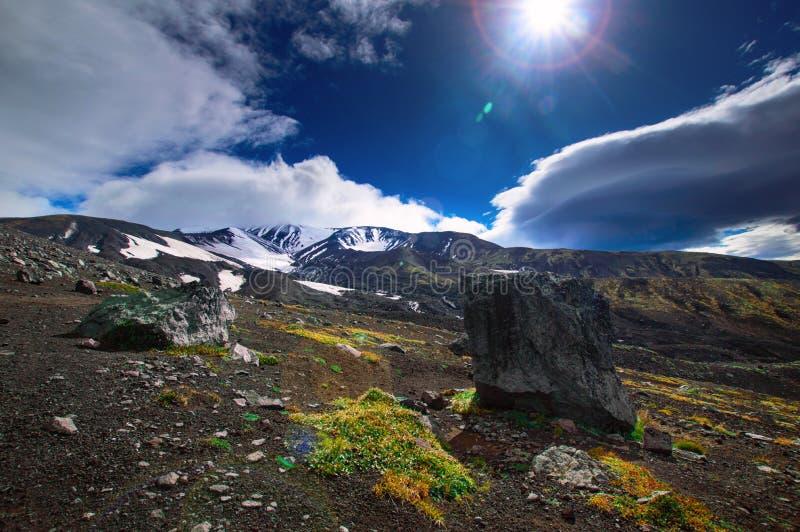 vulkanisk liggande Avachinsky vulkan - aktiv vulkan av den Kamchatka halvön Ryssland Far East arkivfoto