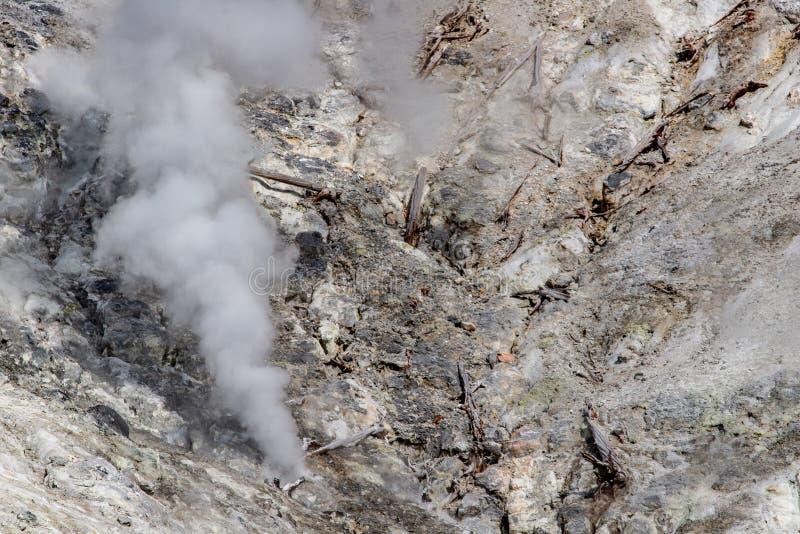Vulkanisk r?k?nga fr?n vaggar i yellowstone arkivbilder
