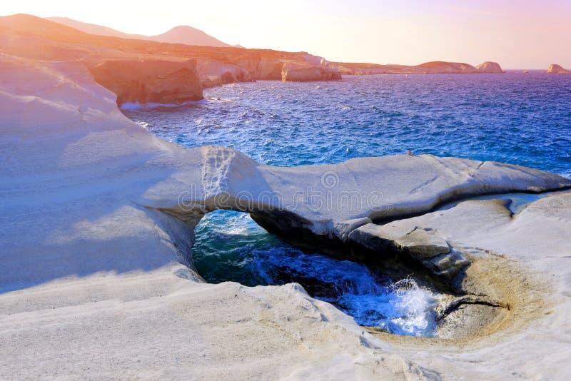 Vulkanisk strand på Sarakiniko fotografering för bildbyråer