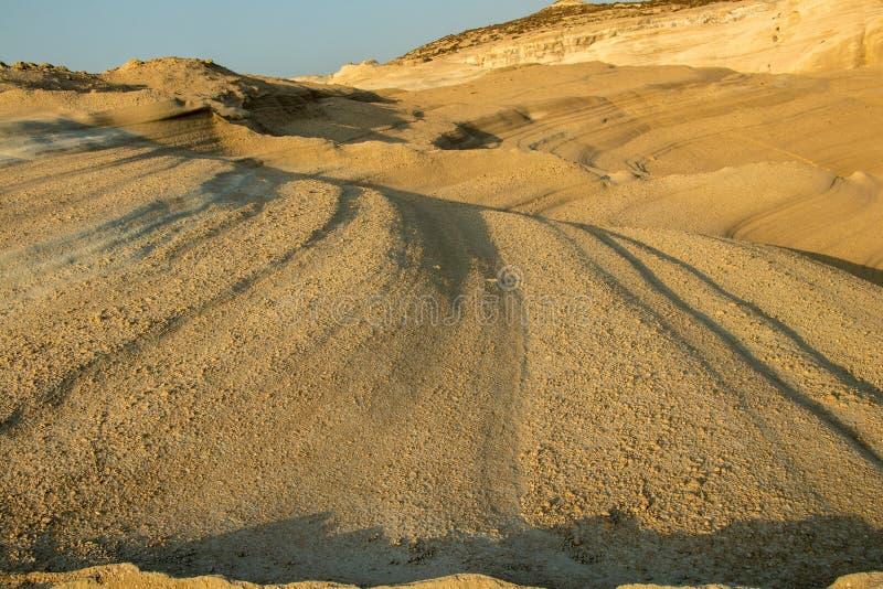 Vulkanisk textur på den Sarakiniko stranden i morgonen, Milos royaltyfria bilder