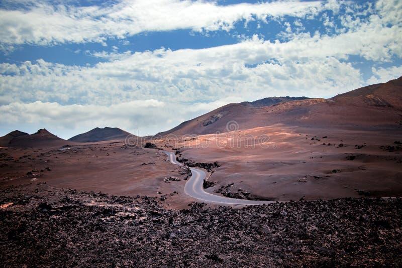 Vulkaniska röda mounatins i nationalparken Timanfaya arkivbild