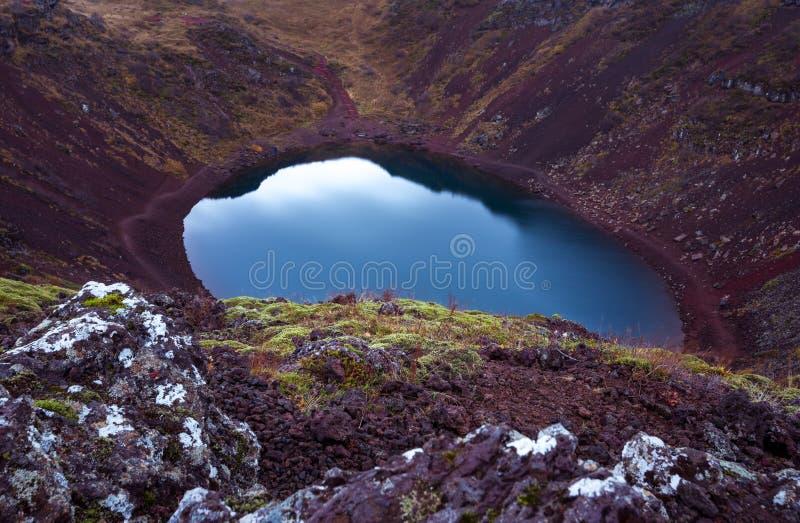 Vulkaniska sjöar av Island det sceniska landskapet på solnedgången i Europa arkivfoton