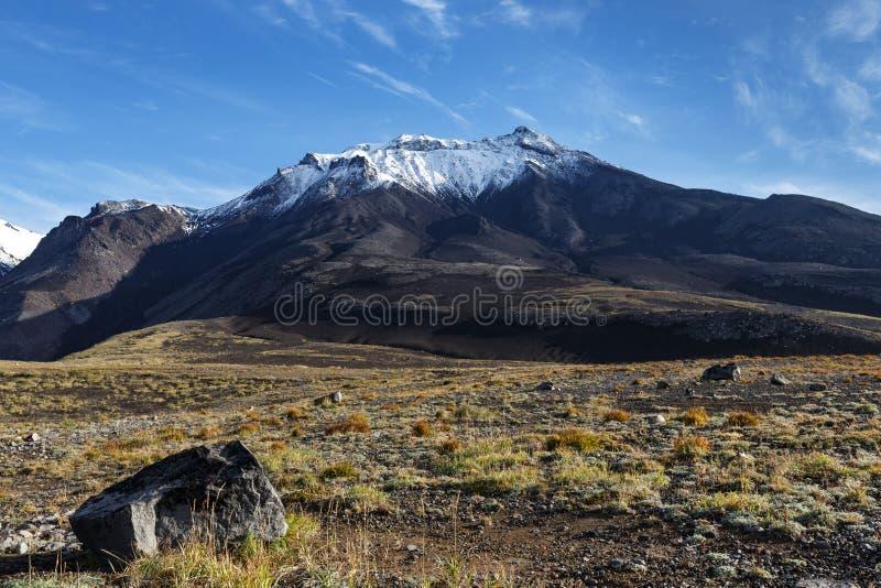 Vulkaniskt landskap av Kamchatka på bakgrund av blå himmel royaltyfri bild