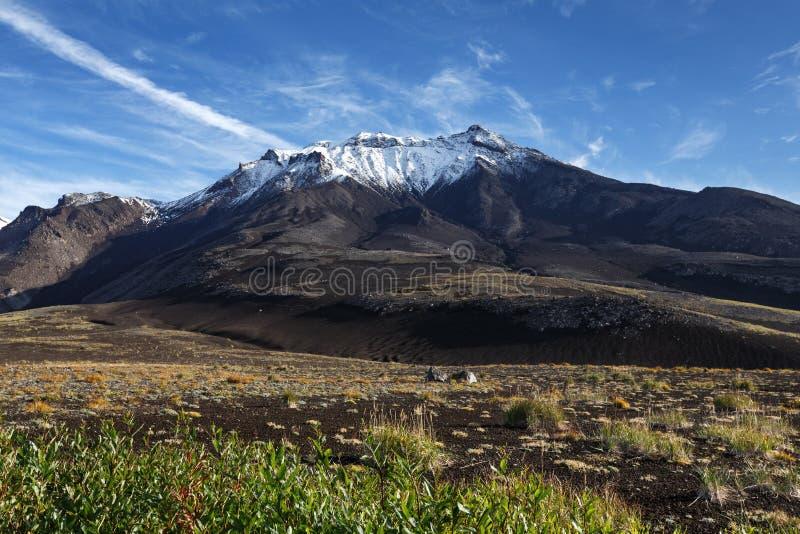 Vulkaniskt landskap för Kamchatka höst på solig dag royaltyfri fotografi