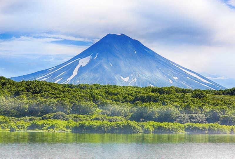 Vulkaniskt landskap för pittoresk sommar av Kamchatka royaltyfri fotografi