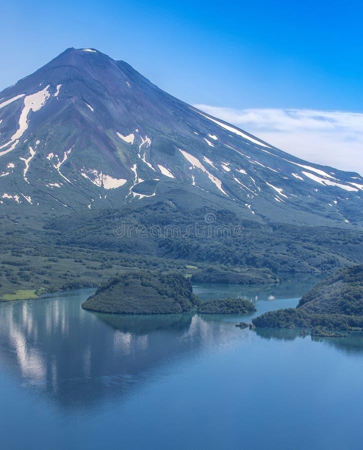 Vulkaniskt landskap för pittoresk sommar av Kamchatka royaltyfri foto