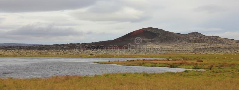 Vulkaniskt landskap och damm i Vesturland, Island royaltyfria foton