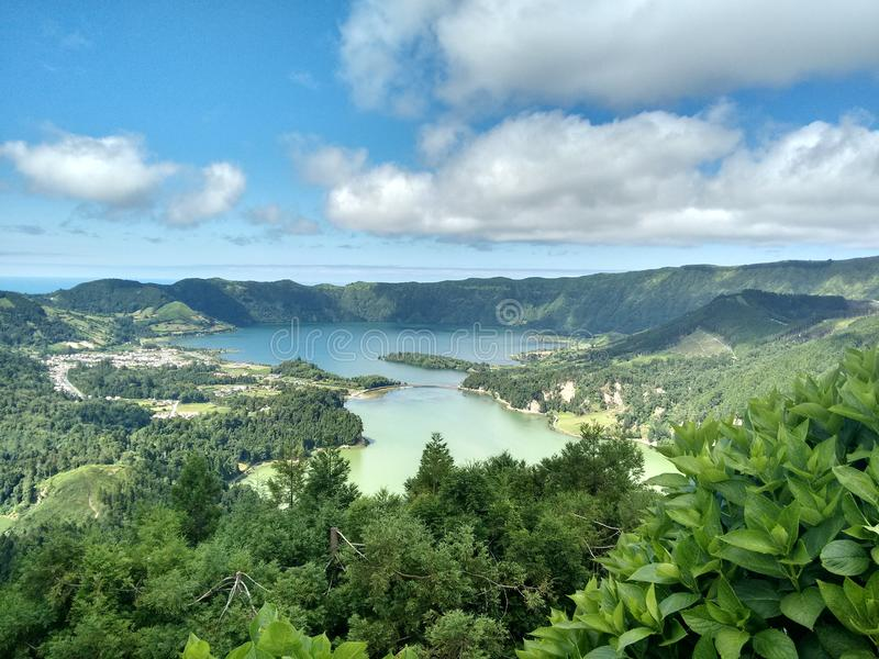 Vulkaniskt landskap - sjö och hav royaltyfria bilder