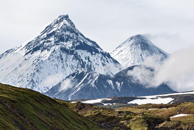 Vulkaniskt landskap, volcanoes: Kamen Kliuchevskoi, Bezymianny fotografering för bildbyråer