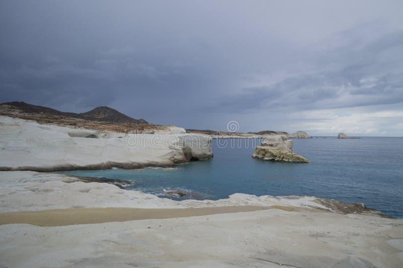 Vulkaniskt vagga klippor på den Sarakiniko stranden i Milos, Cyclades, Gre royaltyfri foto