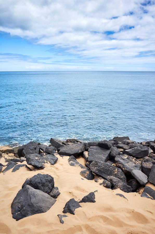 Vulkaniskt vaggar på den Playa de Las Teresitas stranden, Tenerife, Spanien royaltyfria foton