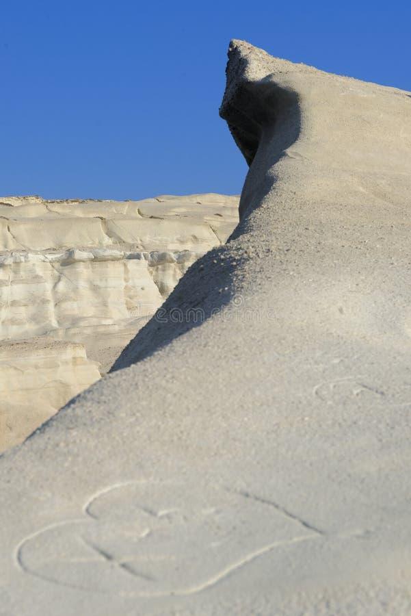 Vulkaniskt vaggar på den Sarakiniko stranden arkivfoto