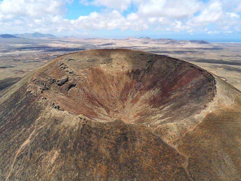 Vulkankrater på Fuerteventura den flyg- sikten royaltyfria foton