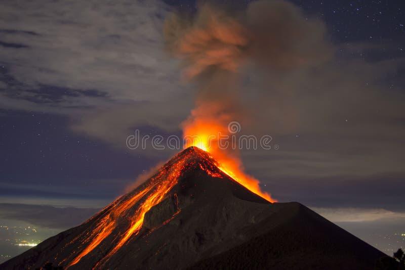 Vulkanutbrottet med lava fångade på natten, på Volcano Fuego i Guatemala arkivbild