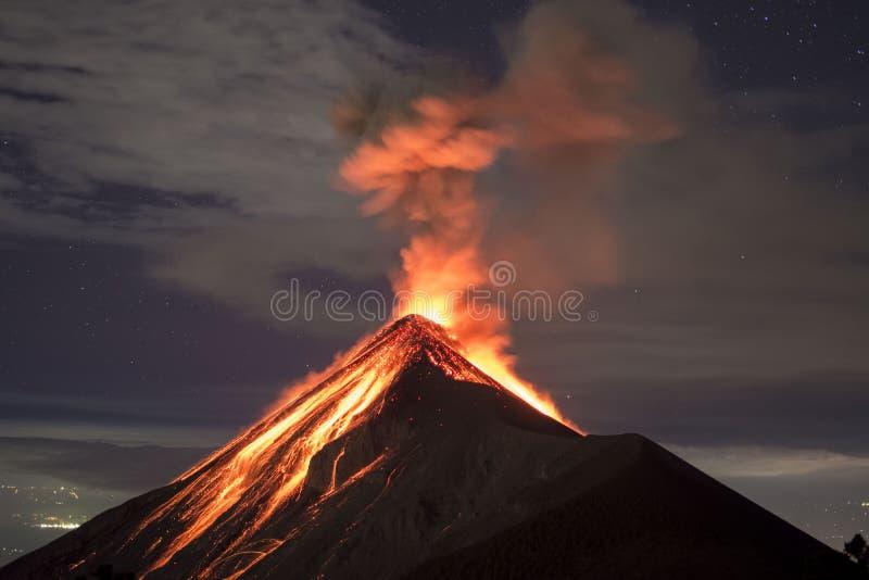 Vulkanutbrottet med lava fångade på natten, på Volcano Fuego i Guatemala royaltyfri bild