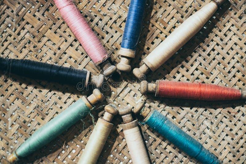 Vullende dragers van het weefgetouw met geweven doek op achtergrond royalty-vrije stock afbeelding