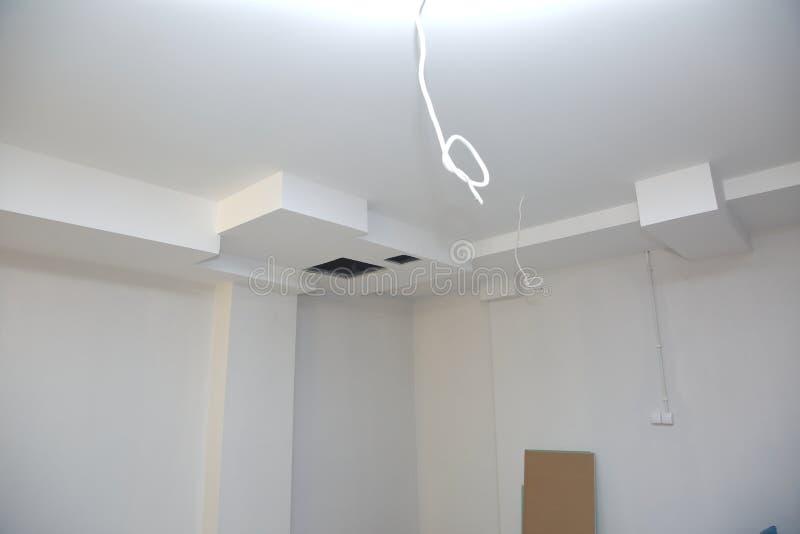 Vullende muren en assemblage en het lijmen van gipsraad tijdens vernieuwing van een ruimte stock foto's