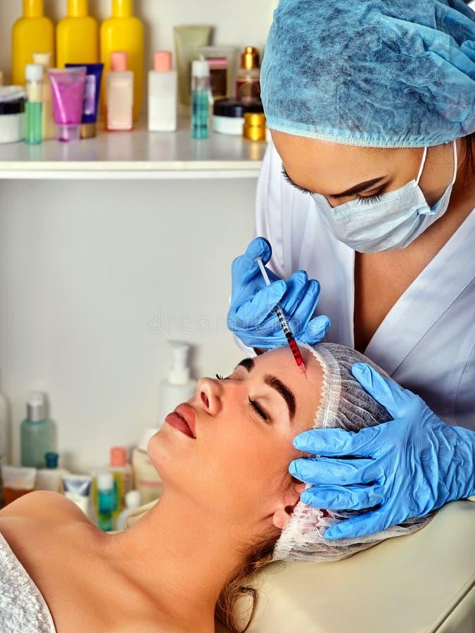 Vullerinjectie voor het gezicht van het vrouwenvoorhoofd Plastic esthetische gezichtschirurgie stock foto