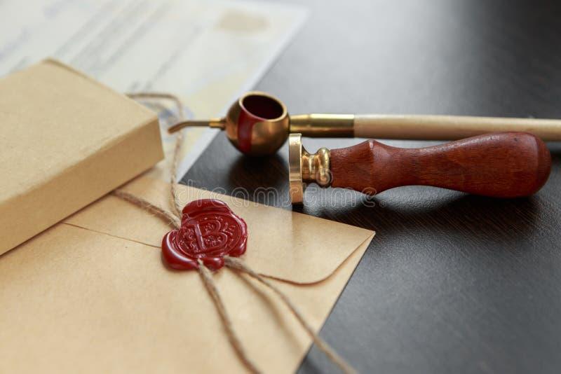 Vulpen en oude notariële wasverbinding op document, close-up stock afbeelding