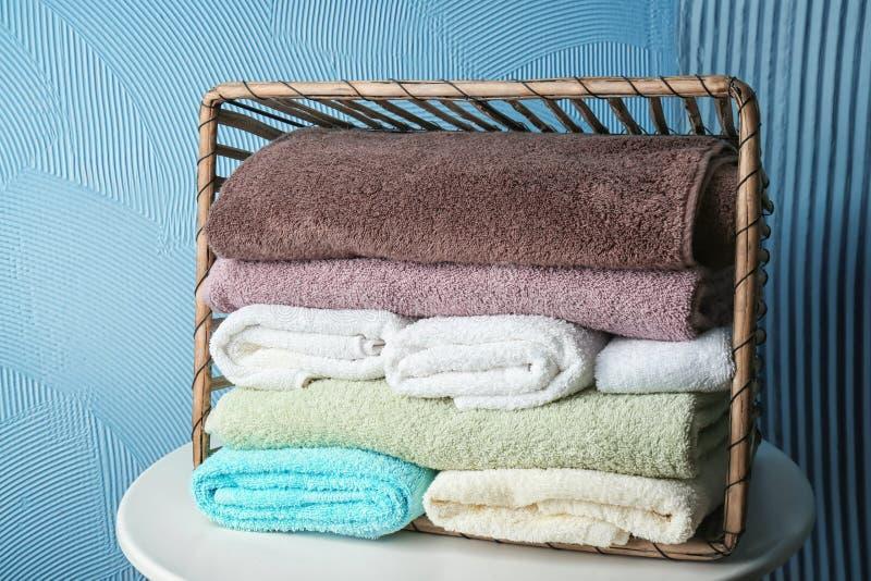 Vulten korg med rena mjuka handdukar på tabellen royaltyfri bild