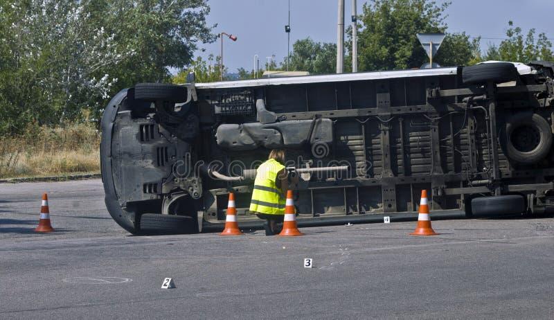 Vulten transport på olycksplats med trafikkottar royaltyfri bild