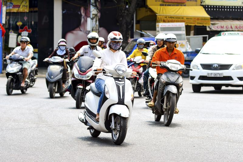 Vung Tau Vietnam - Januari 27, 2018: Främlingar rider längs vägen på motorcyklar royaltyfri bild