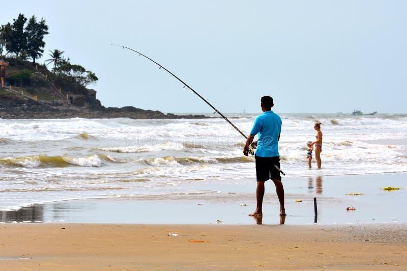 Vung Tau Wietnam, Styczeń, - 26, 2018: Lokalny mężczyzna łowi na plaży obrazy royalty free