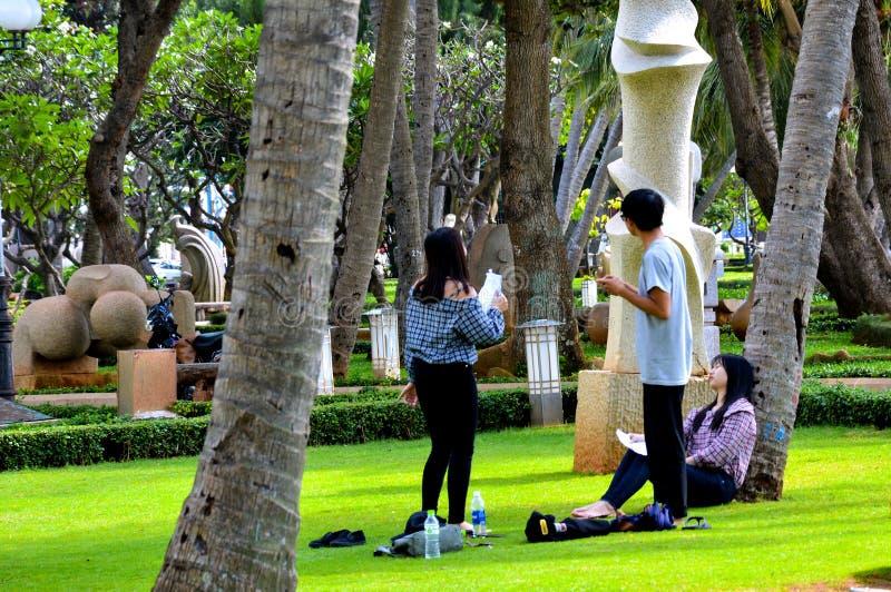 Vungtau, Vietnam - Januari 26, 2018: De lokale studenten verbergen van de hitte in het park stock foto