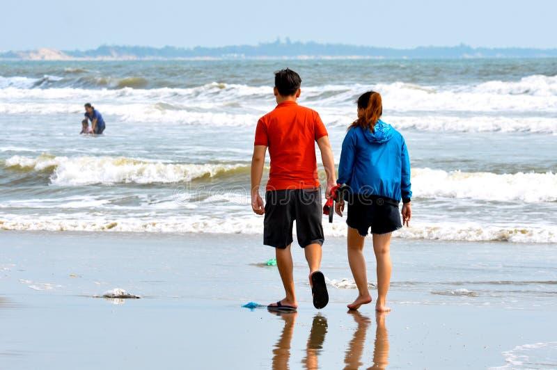 Vungtau, Vietnam - Januari 30, 2018: De lokale Vietnamese jongeren loopt langs het strand royalty-vrije stock fotografie