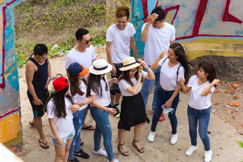 Vungtau, Vietnam - Januari 29, 2018: Vietnamese studenten op een onweer geruïneerde villa royalty-vrije stock foto's