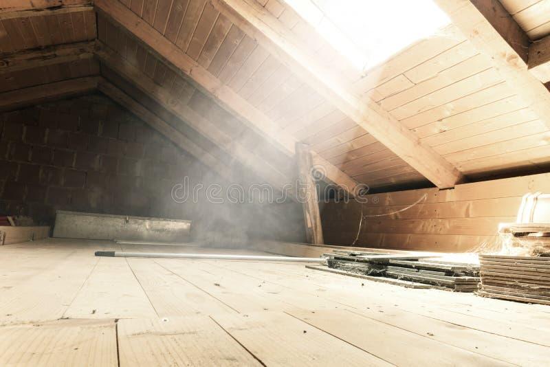 vuoto illumini la soffitta con i raggi luminosi alla finestra fotografia stock