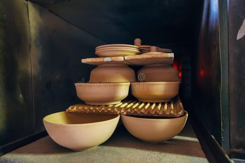 Vuren van aardewerk in de oven royalty-vrije stock afbeeldingen