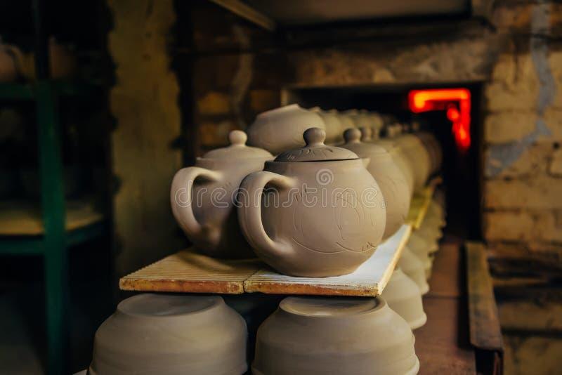 Vuren van aardewerk in de oven stock foto