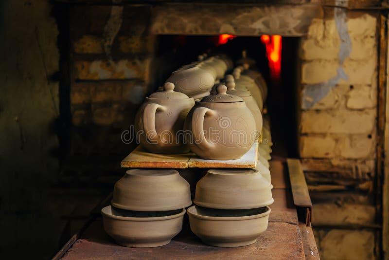 Vuren van aardewerk in de oven stock foto's