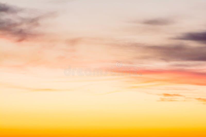 Vurige oranje zonsonderganghemel stock foto