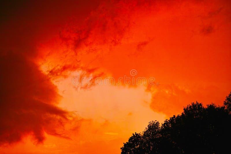 Vurige rode hemel door onweers te brouwen stock foto