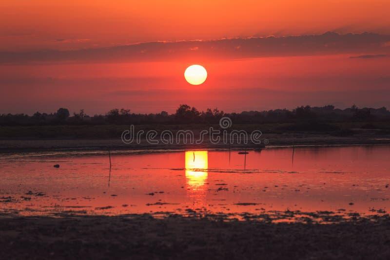 Vurige rode zonsondergang over het moerasland van regionaal de aardpark van Camargue, biosfeerreserve van Unesco, de bouches-du-R stock fotografie