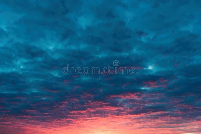 Vurige zonsondergang blauwe hemel royalty-vrije stock foto's