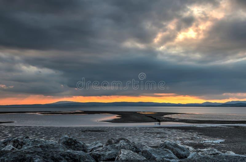 Vurige zonsondergang over Morecambe-Baai royalty-vrije stock afbeelding