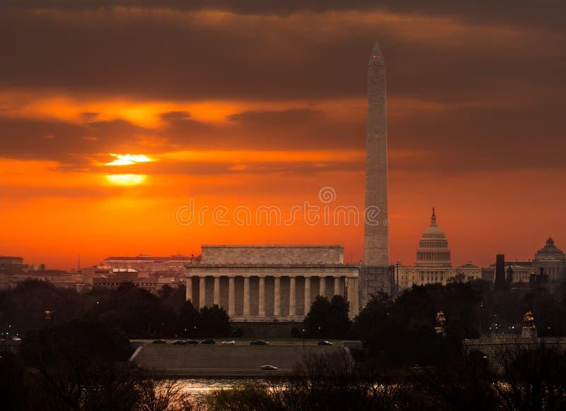 Vurige zonsopgang over monumenten van Washington royalty-vrije stock afbeeldingen