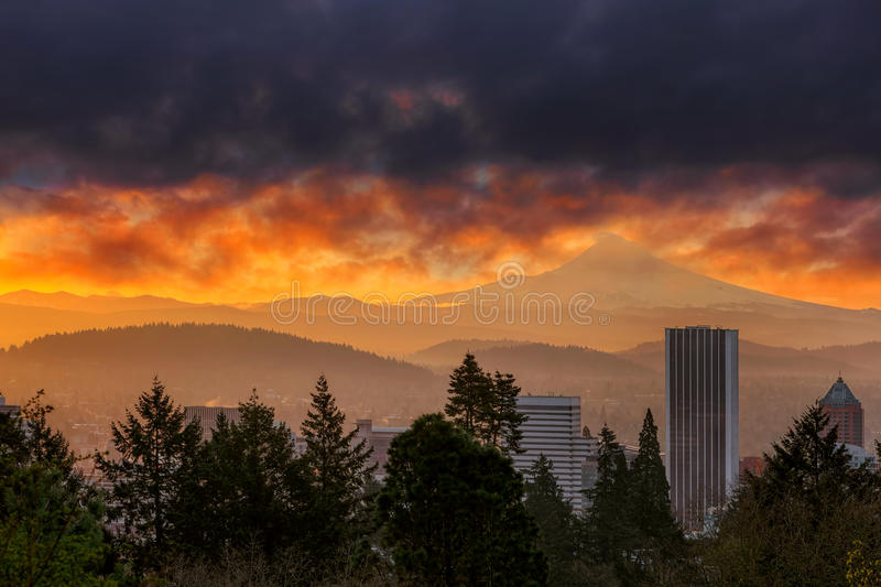 Vurige zonsopgang over Stad van Portland en MT-Kap in Oregon stock afbeelding