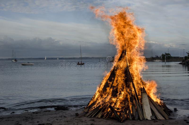 Vuur bij het strand stock afbeelding