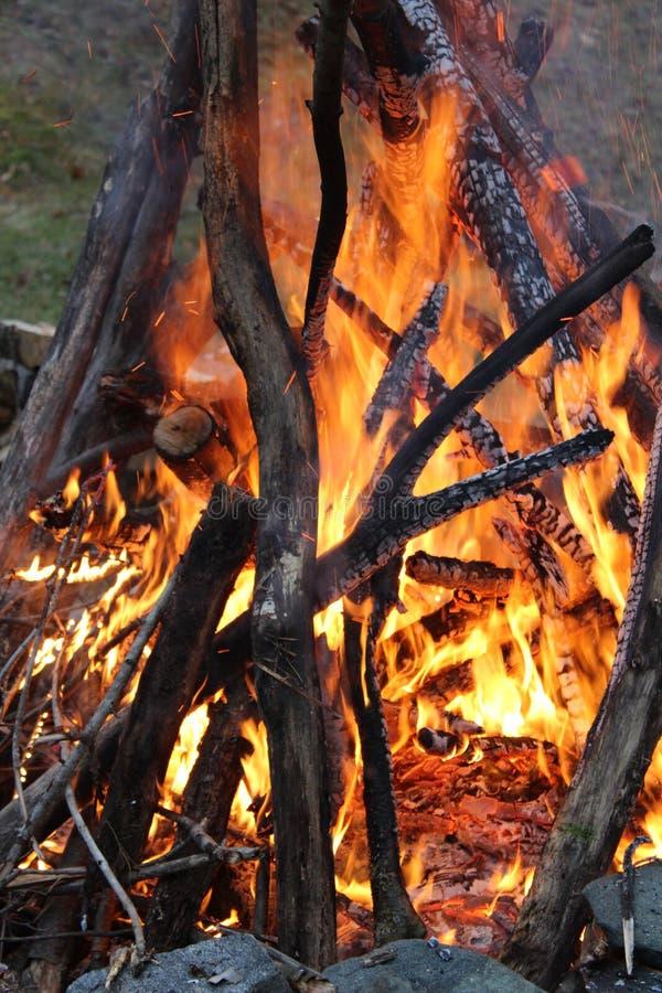 Vuur bij schemer stock fotografie