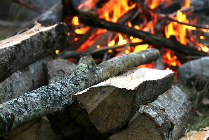Vuur bij schemer stock foto