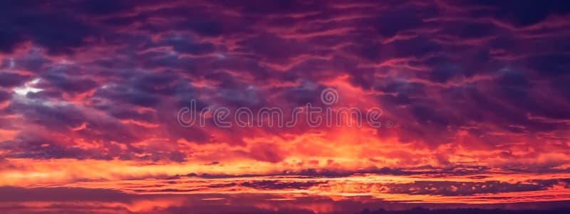 Vuur in de hemelzonsondergang stock afbeeldingen