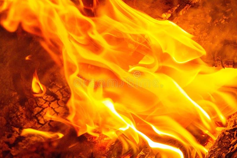 Vuur in de meest voorkomende vorm kan leiden tot een brand die bij verbranding fysieke schade kan veroorzaken Vuur is een belangr royalty-vrije stock foto's