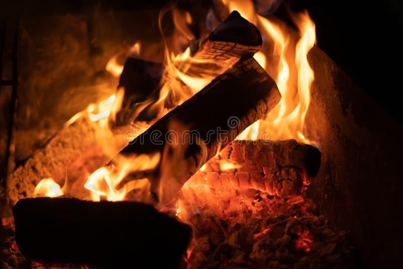vuur in de nacht, sintels, behangwijnoogst, clouse omhoog stock fotografie