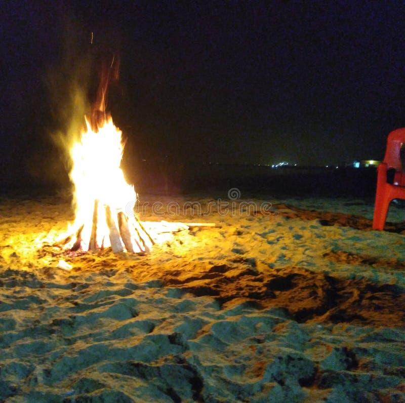 Vuur door het strand bij nacht royalty-vrije stock foto's