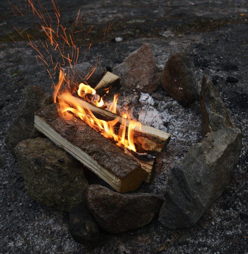 Vuur het branden op een rotsachtige kust stock foto's