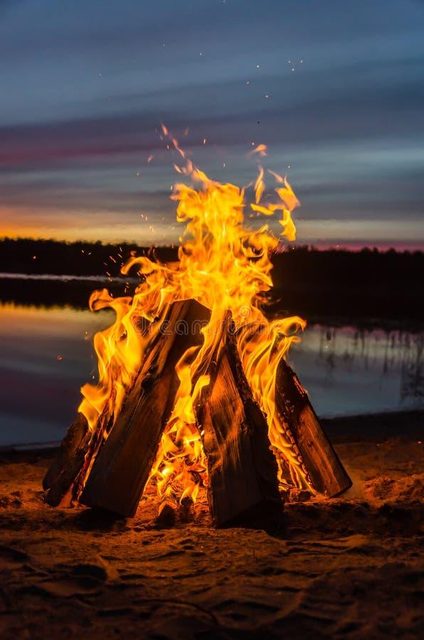Vuur op het strandzand stock afbeeldingen